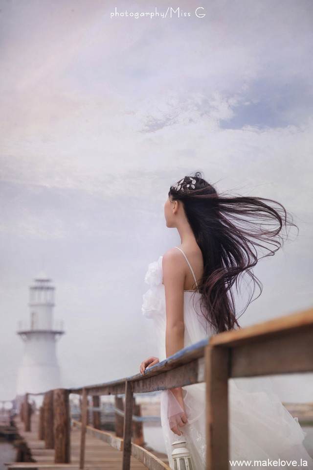 海边的你秀发随风飞起